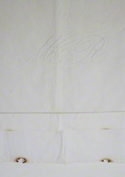 Drap en toile métis brodé par la mère d'Alix