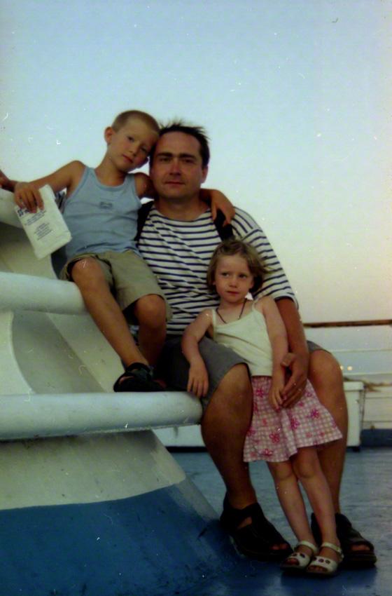 Alix avec son père et son frère sur le bateau vers Livourne au départ de Portovesme, juillet 2001