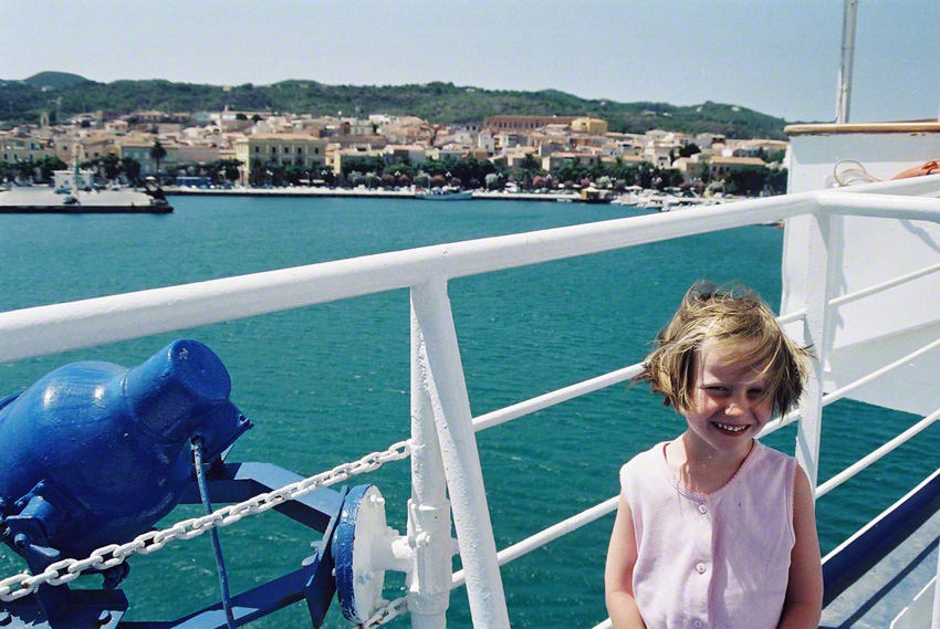 Alix sur le bateau en direction de Livourne (Italie), juillet 2001