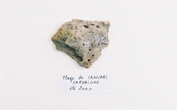 Caillou ramassé sur la plage de Cagliari un jour de l'été 2000, Marie-Claire Raoul