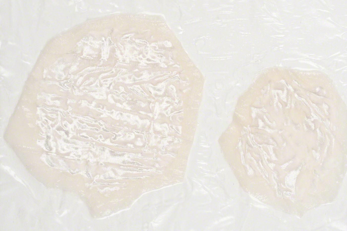 Deux cellules en velours froissé reliées à un film plastique avec de la résine souple
