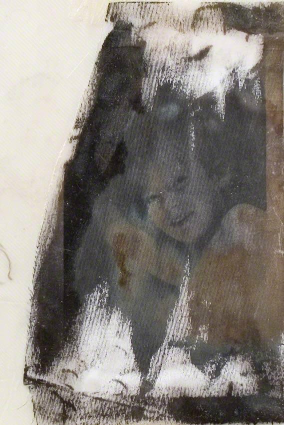 Repos 1, Jérémie sourit, détail, tirage noir et blanc sur coton, 120cm*80cm, novembre 2003, Marie-Claire Raoul