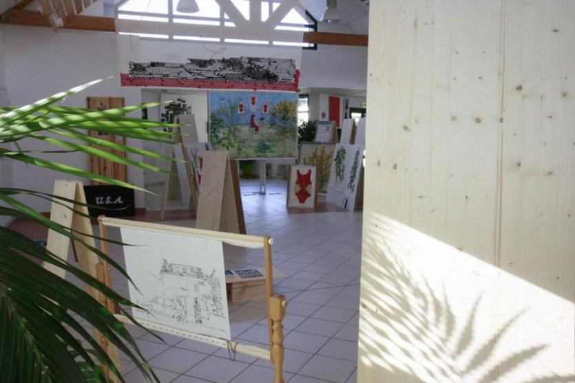 Vue de l'exposition [Le maillot de bain américain], métier à canevas, Milizac, février 2011, Marie-Claire Raoul