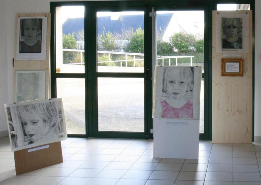 Vue de l'exposition [Le maillot de bain américain], portraits, Milizac, février 2011, Marie-Claire Raoul