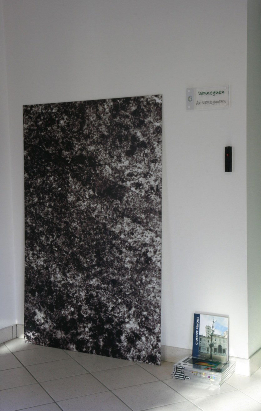 Vue de l'exposition [Le maillot de bain américain], quartzite, Milizac, février 2011, Marie-Claire Raoul