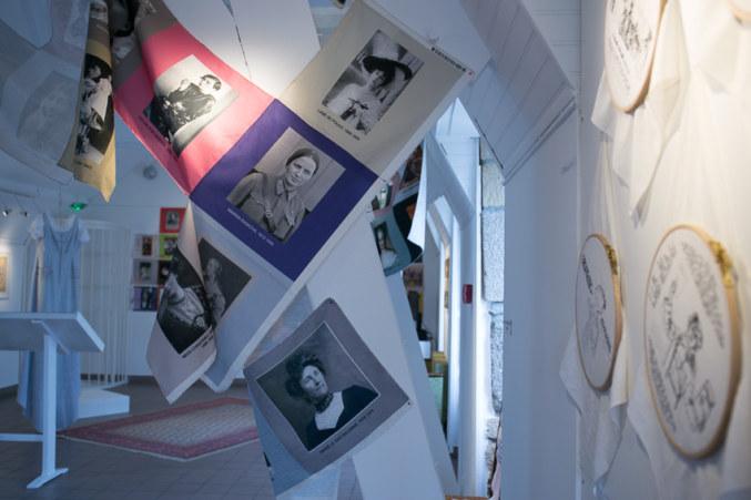 Salle 2, Les militantes, broderie sur tissu, Paroles et images de femmes de Brest à Kiel, Maison de la Fontaine, du 7 mars au 21 avril 2018, Brest, Marie-Claire Raoul
