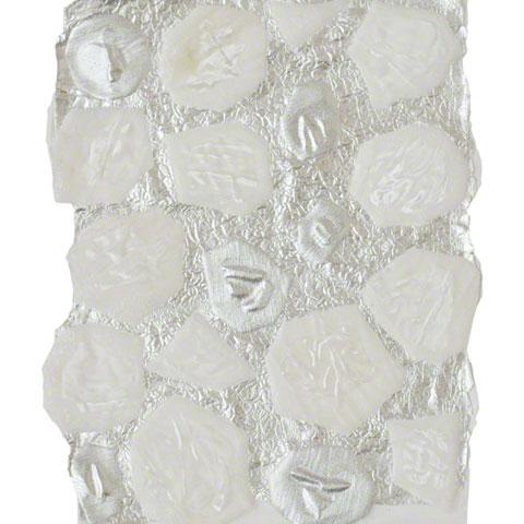 Cellules en velours et tissu argenté assemblées à une feuille d'aluminium par résinage