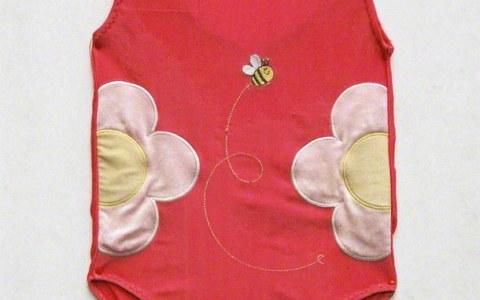 photographie du maillot de bain américain, épinglé sur un panneau de carton plume, Marie-Claire Raoul