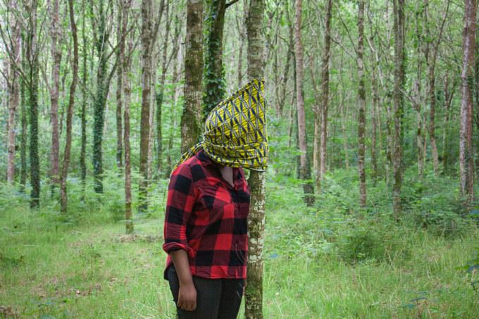 """Deborah, visage caché, bois de Keroual, 16 mai 2017, série photographique """"Je voudrais aller me promener dans les bois"""", photographie réalisée par Marie-Claire Raoul lors d'une résidence à l' espace Lcause"""