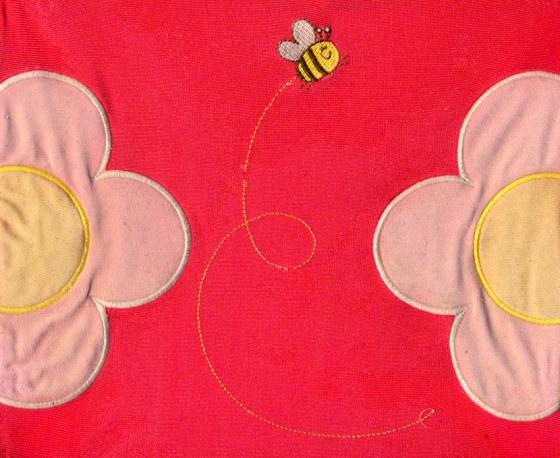 Broderie sur le maillot de bain américain, dessin et modèle kaBOOM, abeille et fleurs, scanner, Marie-Claire Raoul