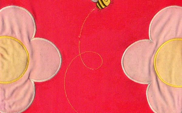 Broderie sur le maillot de bain américain, dessin et modèle kaBOOM, abeille et fleurs, scanner