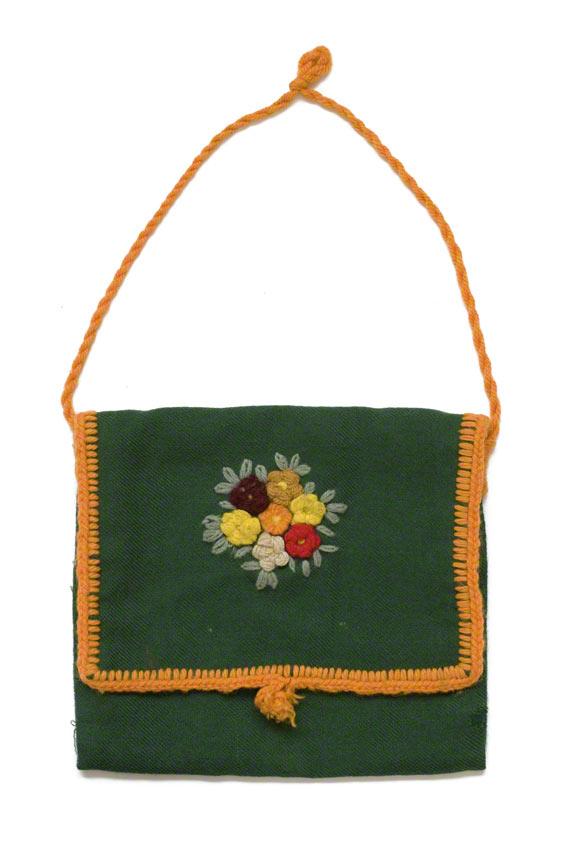 Sac en tissu vert avec des fleurs brodées au centre du rabat, Marie-Claire Raoul