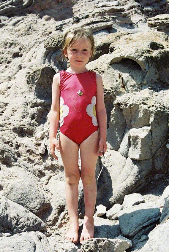 Alix dans les rochers de Capo Sandalo sur l'île San Pietro en Sardaigne, vue 1, juillet 2001, Marie-Claire Raoul