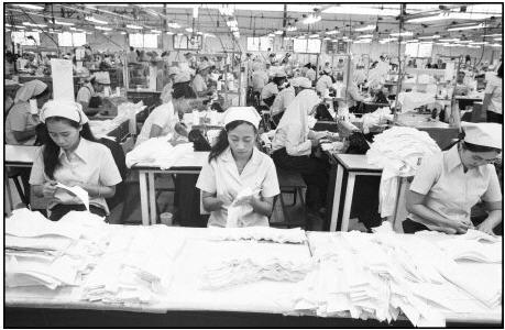 Ouvrières dans une usine de textile en Indonésie, journal du net, © Cyril Rayer, Marie-Claire Raoul