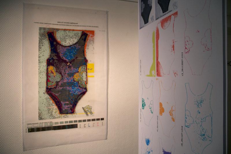 Vue de l'exposition [Le maillot de bain américain #3], canevas du maillot, MPT Harteloire, Brest, novembre 2015, Marie-Claire Raoul