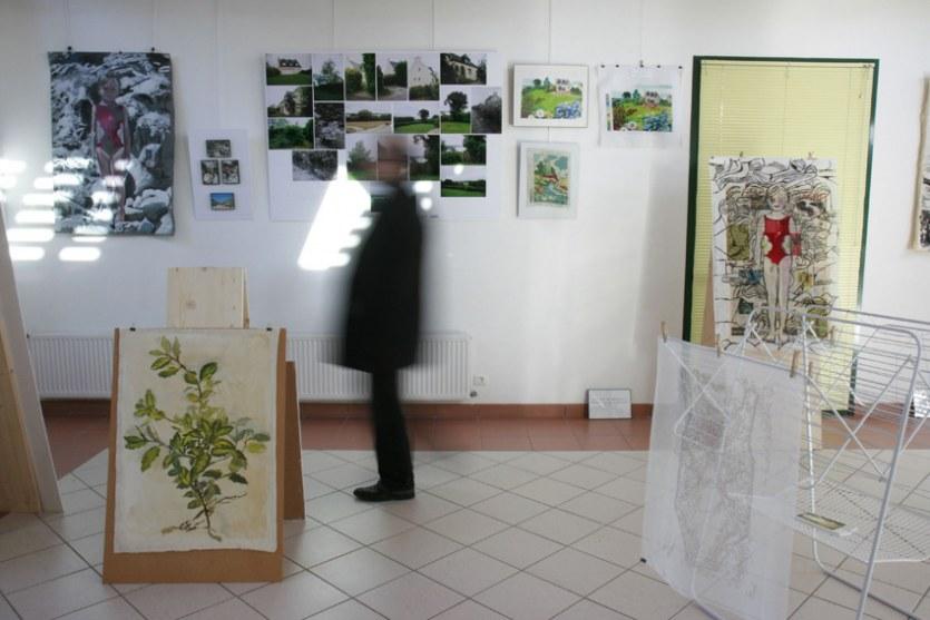 Vue de l'exposition [Le maillot de bain américain], Pierre, Milizac, février 2011, Marie-Claire Raoul
