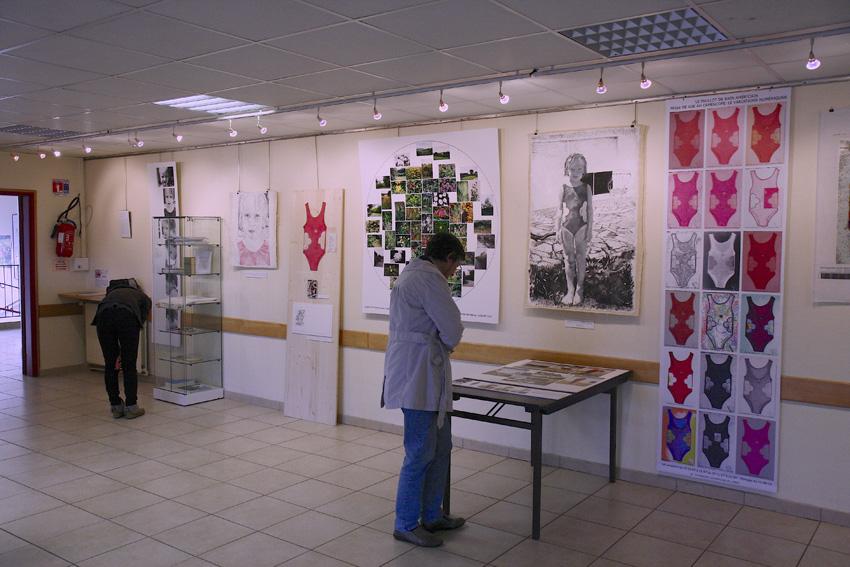 vue-exposition-maillot-de-bain-americain-pilier-rouge-2012-mur1-w850-marie-claire-raoul, Marie-Claire Raoul