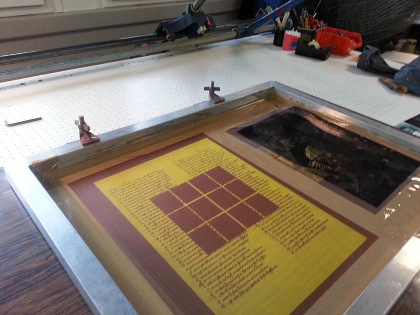 Workshop sérigraphie à l'atelier La presse purée à Rennes, fixation des écrans sur la table de tirage