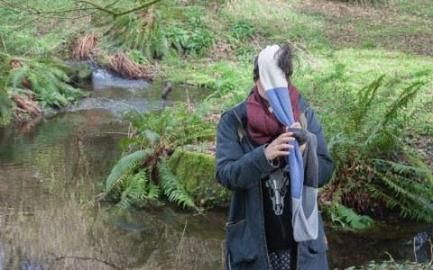 """Anna, bois de Keroual, 23 février 2017, série photographique """"Je voudrais aller me promener dans les bois"""", réalisée par Marie-Claire Raoul lors d'une résidence à l'espace résidence espace Lcause"""