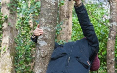 """Anna, bois de Keroual, Guilers, 23 février 2017, série photographique """"Je voudrais aller me promener dans les bois"""" réalisée par Marie-Claire Raoul lors d'une résidence à l'espace Lcause à Brest"""