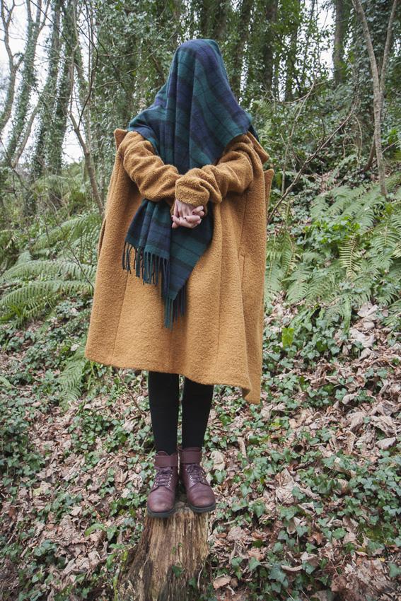 Alix, bois de Keroual, 21 février 2017, série photographique [Je voudrais aller me promener dans les bois], photographie réalisée par Marie-Claire Raoul lors d'une résidence à l'espace Lcause, Marie-Claire Raoul