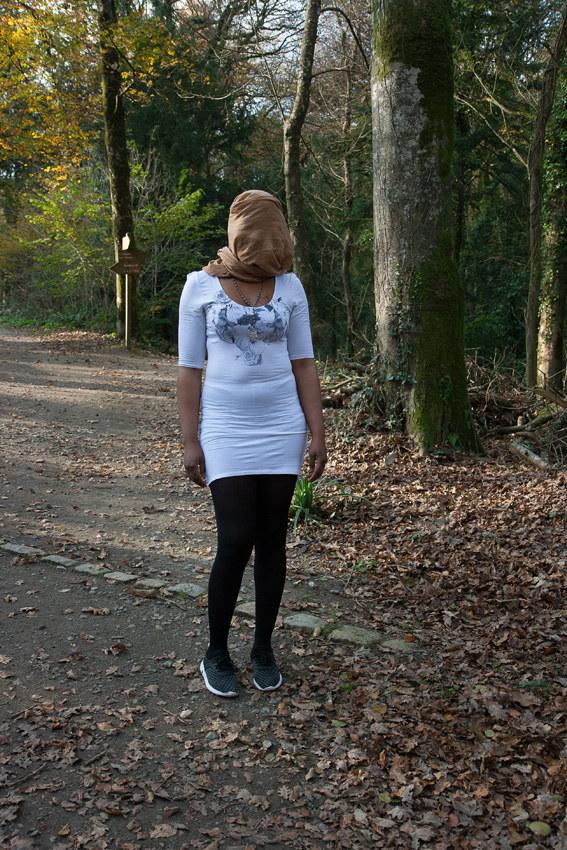 """Anita, bois de Keroual, 13 novembre 2017, série photographique """"Je voudrais aller me promener dans les bois"""", photographie réalisée par Marie-Claire Raoul lors d'une résidence à l'espace Lcause, Marie-Claire Raoul"""