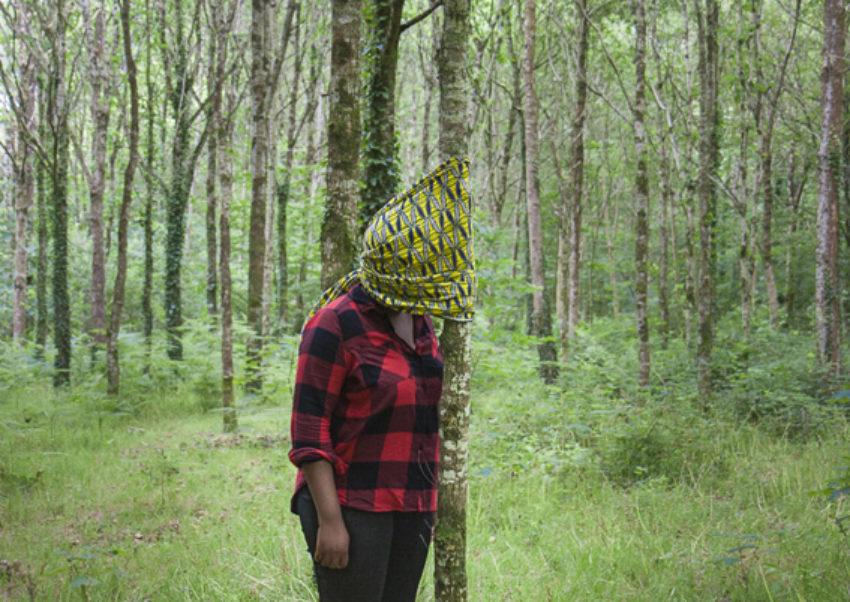 """Deborah, bois de Keroual, 24 juin 2017, série photographique """"Je voudrais aller me promener dans les bois"""", photographie réalisée par Marie-Claire Raoul lors d'une résidence à l'espace Lcause"""