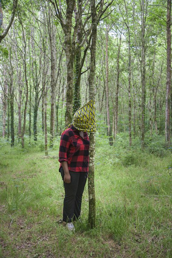 """Deborah, bois de Keroual, 24 juin 2017, série photographique """"Je voudrais aller me promener dans les bois"""", photographie réalisée par Marie-Claire Raoul lors d'une résidence à l'espace Lcause, Marie-Claire Raoul"""