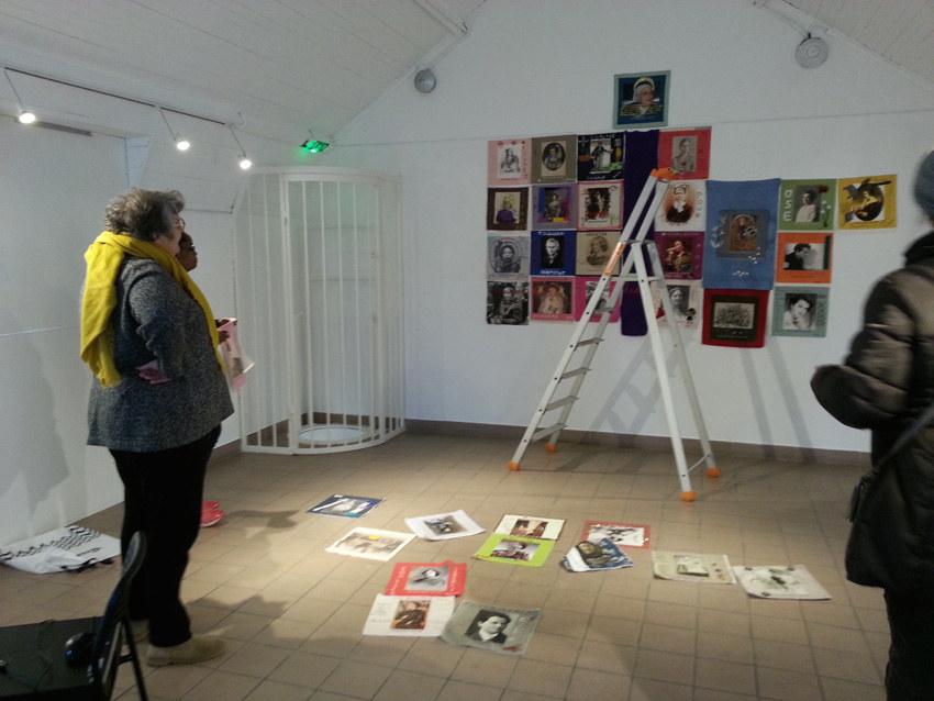 """Montage de l'exposition """"Paroles et images de femmes de Brest à Kiel"""" à la maison de la Fontaine à brest, le 27 mars 2018"""