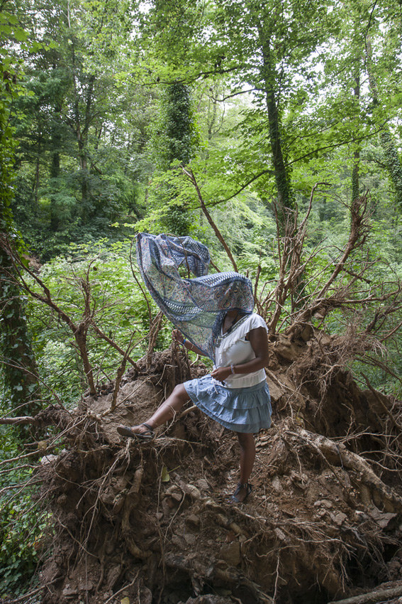 """Nina, bois de Keroual, 27 juin 2017, série photographique """"Je voudrais aller me promener dans les bois"""", photographie réalisée par Marie-Claire Raoul lors d'une résidence à l'espace Lcause, Marie-Claire Raoul"""