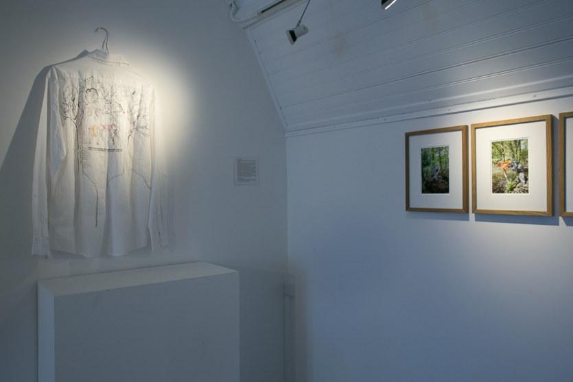 Salle 2, Les invisibles, photographies, broderie sur chemise, Paroles et images de femmes de Brest à Kiel, Maison de la Fontaine, du 7 mars au 21 avril 2018, Brest, Marie-Claire Raoul