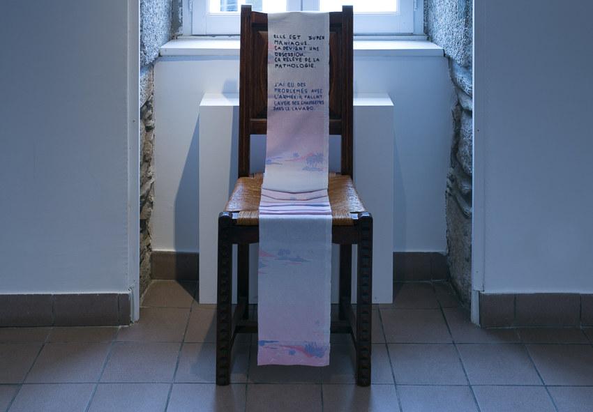 Salle 2, La trame conjugale, broderie sur drap usagé, Paroles et images de femmes de Brest à Kiel, Maison de la Fontaine, du 7 mars au 21 avril 2018, Brest