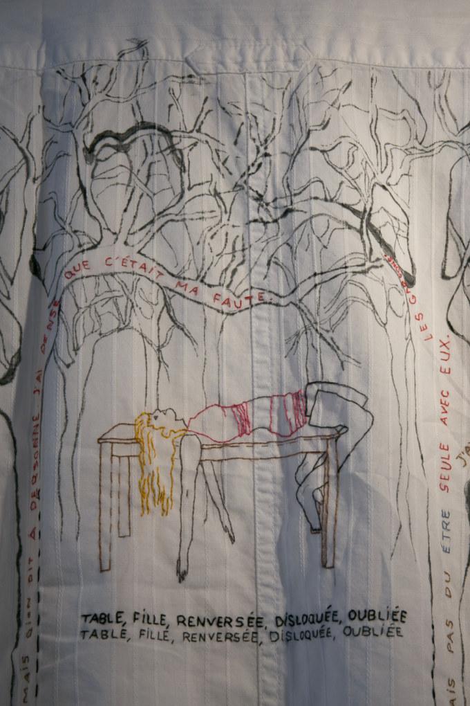 Salle 2, Les invisibles, broderie et peinture sur chemise, Paroles et images de femmes de Brest à Kiel, Maison de la Fontaine, du 7 mars au 21 avril 2018, Brest