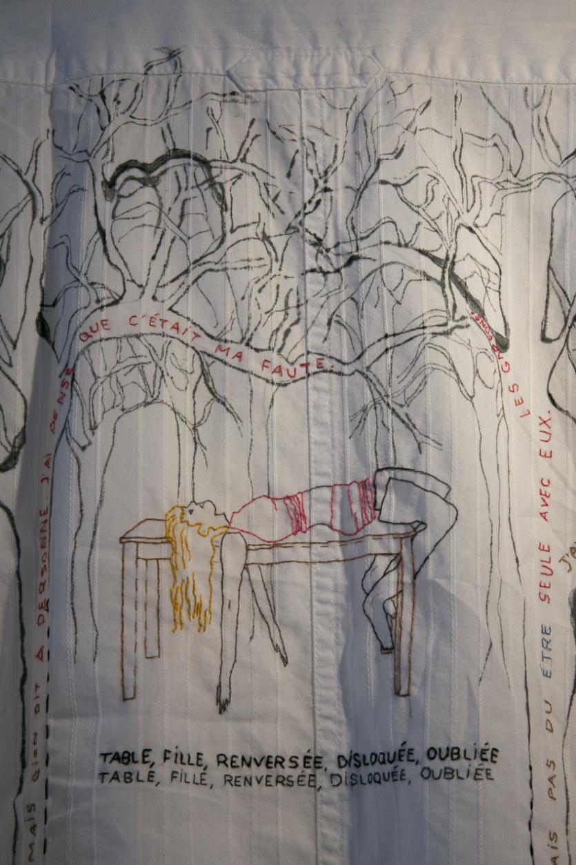 Salle 2, Les invisibles, broderie et peinture sur chemise, Paroles et images de femmes de Brest à Kiel, Maison de la Fontaine, du 7 mars au 21 avril 2018, Brest, Marie-Claire Raoul