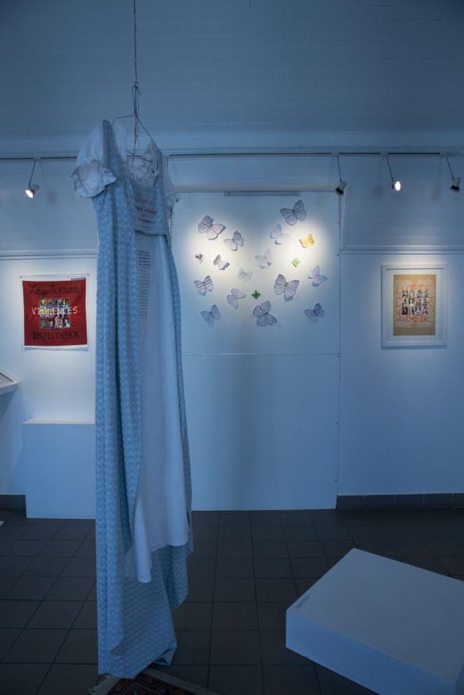 Salle 2, Fanny, mots brodés sur une robe style Empire, papillons, Paroles et images de femmes de Brest à Kiel, Maison de la Fontaine, du 7 mars au 21 avril 2018, Brest, Marie-Claire Raoul