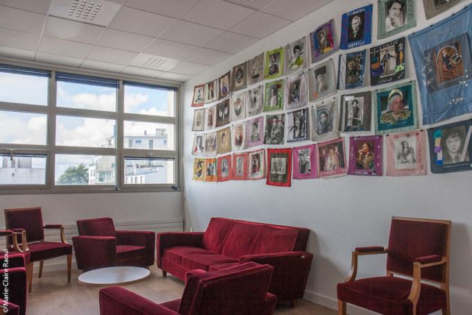L'installation textile participative Paroles et images de femmes exposée au salon de repos des élus de Brest en août et septembre 2018, atelier de Marie-Claire Raoul