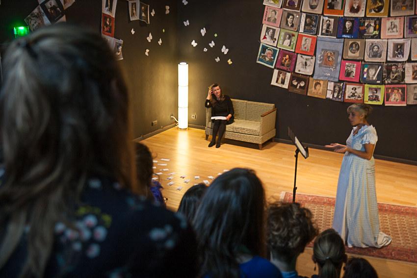 Présentation de l'installation textile collective «Paroles et images de femmes d'hier et d'aujourd'hui» par l'artiste plasticienne Marie-Claire Raoul et performance-lecture avec Monica Campo devant les étudiants du master «études sur le genre» de l'UBO à l'espace Lcause à Brest le 24 septembre 2018