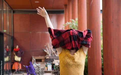 Performance de la danseuse et chorégraphe Caroline Denos le 1er février 2019 à la médiathèque St martin de Brest à l'occasion de l'exposition de photographies [État second] de Marie-Claire Raoul dans le cadre du festival Pluie d'images 2019, Marie-Claire Raoul