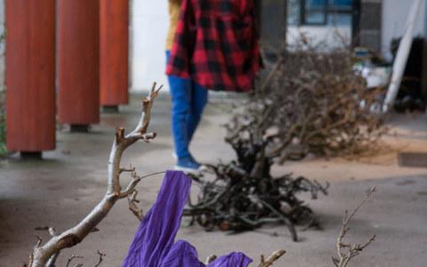 Performance de la danseuse et chorégraphe Caroline Denos le 1er février 2019 à la médiathèque St martin de Brest à l'occasion de l'exposition de photographies [État second] de Marie-Claire Raoul dans le cadre du festival Pluie d'images 2019
