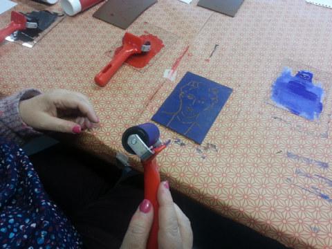 Séquence 5 de l'atelier [femmes créatrices femmes libres] de Marie-Claire Raoul, 22 mars 2019, linogravure, encrage de la plaque de linoléum par valériel