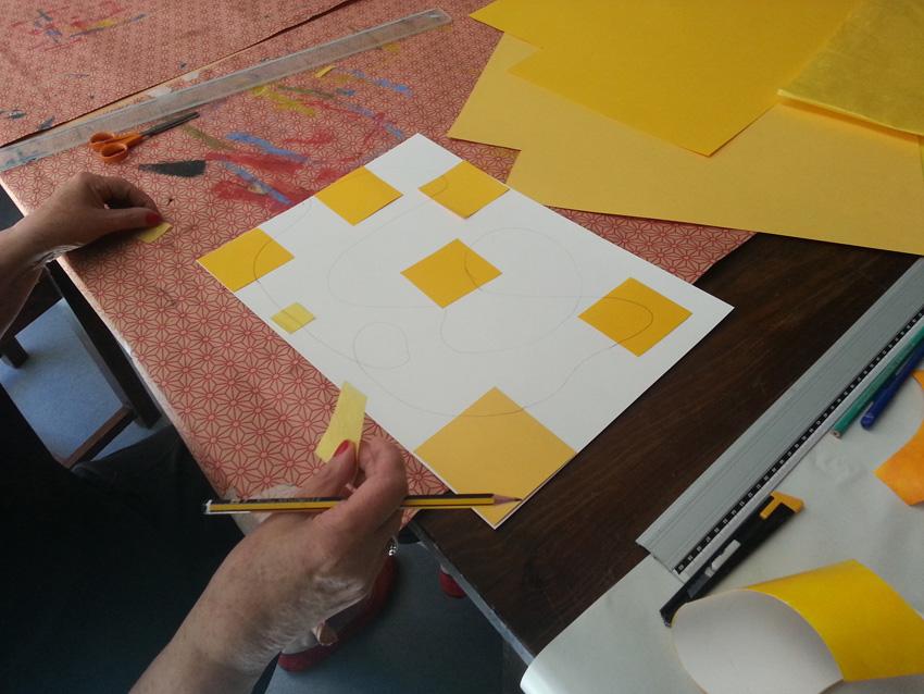 Atelier [Femmes créatrices, femmes libres], séquence 11, Dany travaille son interprétation de [Parallèles sur fond jaune] de Véra Molnar, 31 mai 2019 à la Maison Pour Toutes Lcause avec Marie-Claire Raoul