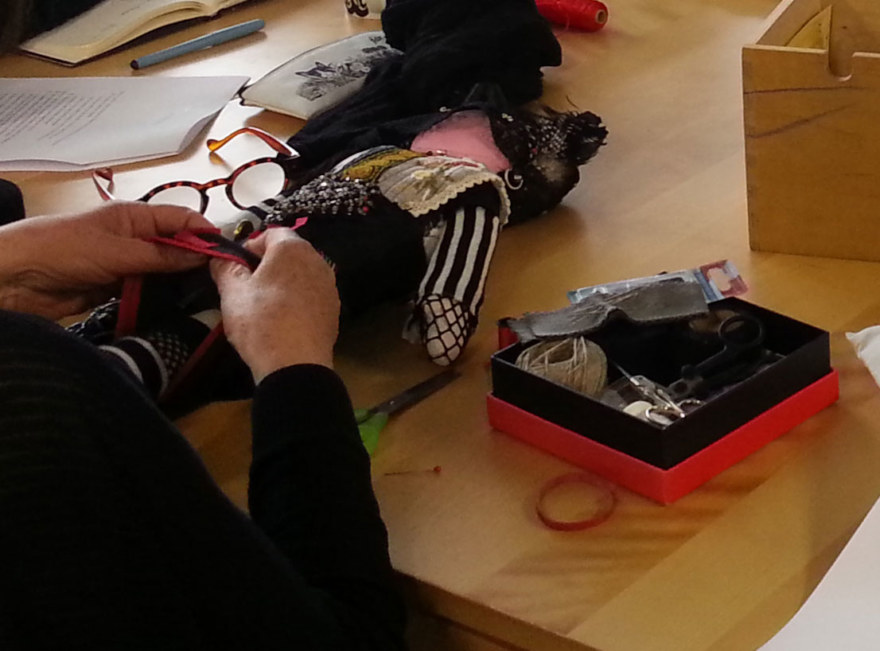 Atelier [Femmes créatrices, femmes libres], séquence 12, Dany Soubigou travaillant sur sa poupée [Automne], 7 juin 2019 à la Maison Pour Toutes Lcause avec Marie-Claire Raoul