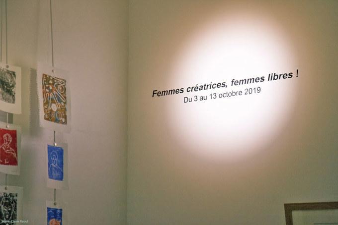 Montage de l'exposition [Femmes créatrices, femmes libres] le 26 septembre 2019 au musée des beaux-arts de Brest avec Éric Royué et Thierry Chalm du service technique, Marie-Claire Raoul