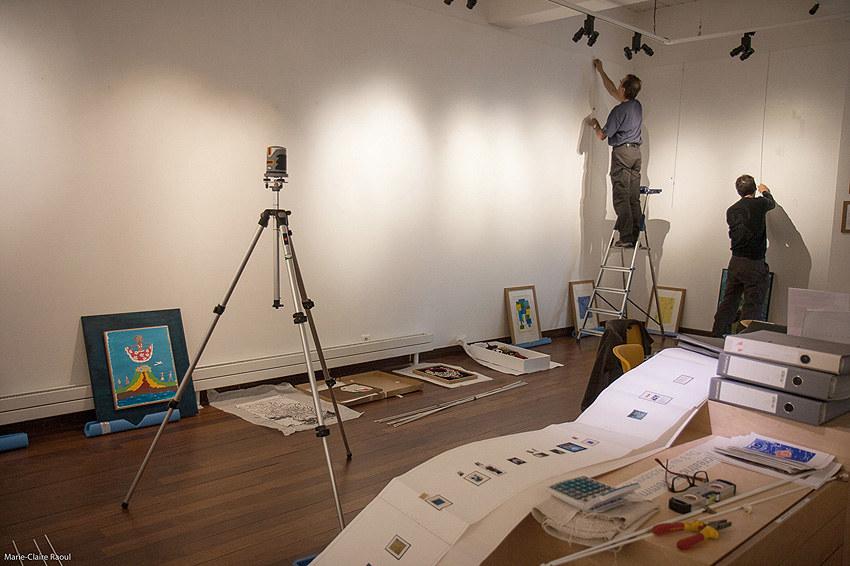 Montage de l'exposition [Femmes créatrices, femmes libres] le 26 septembre 2019 au musée des beaux-arts de Brest avec Éric Roué et Thierry Chalm du service technique, Marie-Claire Raoul